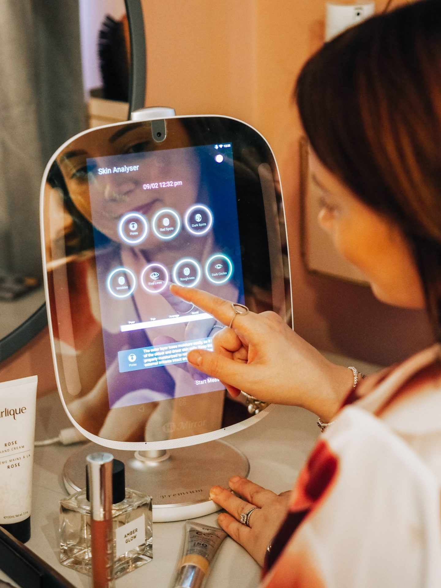 A Smart Mirror For The Ultimate Beauty Junkie: Track Your Skincare Progress & Get Makeup Tips With The HiMirror